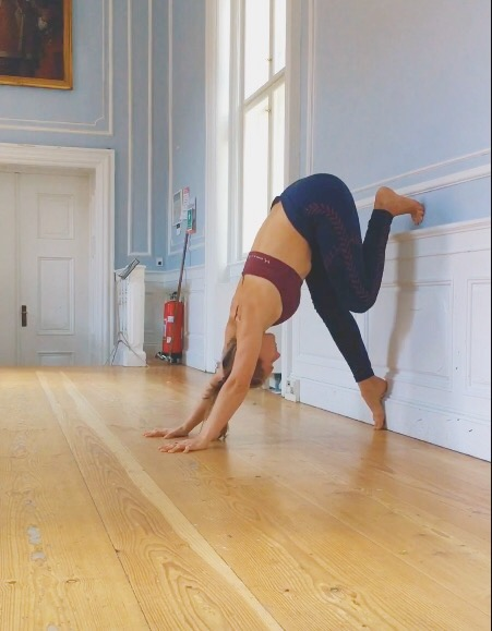 entering a wall handstand step 4